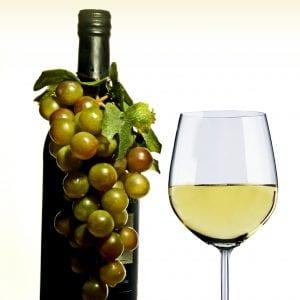 Vinflaske med druer og glas
